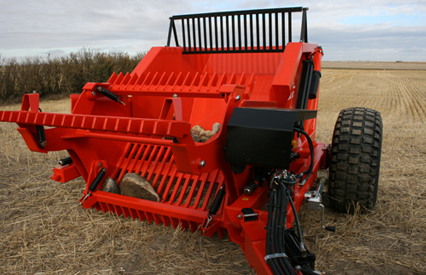 The hydraulically-controlled hitch has a 90o range. Tow right behind the tractor during transport, or offset at the angle of your choice in the field.